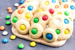 Biscuits faits maison avec les bonbons au chocolat colorés Photos libres de droits