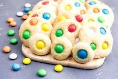 Biscuits faits maison avec les bonbons au chocolat colorés Photos stock