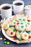 Biscuits faits maison avec les bonbons au chocolat colorés Photographie stock