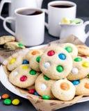 Biscuits faits maison avec les bonbons au chocolat colorés Image stock