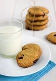 Biscuits faits maison avec les morceaux de chocolat et le lait frais Photo stock