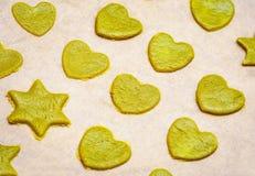 Biscuits faits maison crus avec le matcha de thé vert dans la forme et le hea d'étoile images stock