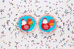 Biscuits faits maison décorés du coq, symbole de 2017 Image stock