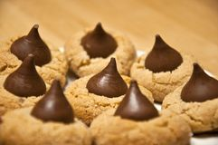 Biscuits faits maison délicieux de pastille de chocolat de beurre d'arachide Images libres de droits