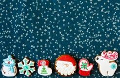 Biscuits faits maison d'arbre de bonhomme en pain d'épice de Noël et de Noël sur le placemat vert Biscuits traditionnels avec le  images stock