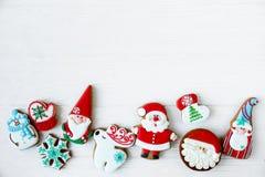 Biscuits faits maison d'arbre de bonhomme en pain d'épice de Noël et de Noël sur les biscuits traditionnels de fond en bois blanc photo stock