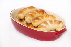 Biscuits faits maison dans une cuvette rouge Images libres de droits