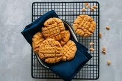 Biscuits faits maison de beurre d'arachide sur une grille Fond gris Photos libres de droits