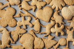 Biscuits faits maison de biscuit faisant le plateau cuire au four Image libre de droits