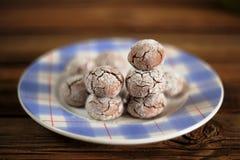 Biscuits faits maison de boule de chocolat d'un plat bleu Photographie stock libre de droits