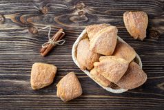 Biscuits faits maison de cannelle images stock