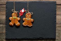 Biscuits faits maison de couples de pain d'épice de Noël Images libres de droits