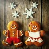 Biscuits faits maison de couples de pain d'épice de Noël Images stock