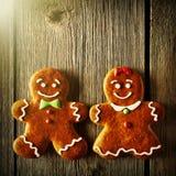 Biscuits faits maison de couples de pain d'épice de Noël Photos stock