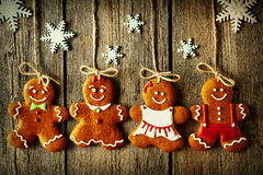 Biscuits faits maison de couples de pain d'épice de Noël Photo libre de droits