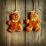 Biscuits faits maison de couples de pain d'épice de Noël Photo stock