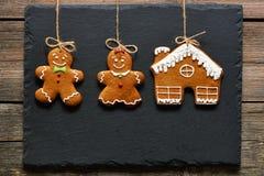 Biscuits faits maison de couples de pain d'épice de Noël Photographie stock