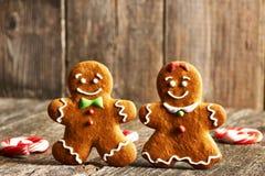 Biscuits faits maison de couples de pain d'épice de Noël Image stock