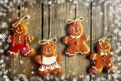 Biscuits faits maison de couples de pain d'épice de Noël Image libre de droits