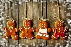 Biscuits faits maison de couples de pain d'épice de Noël Photographie stock libre de droits