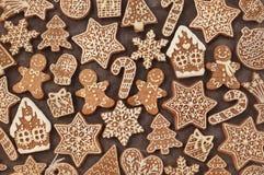 Biscuits faits maison de maison et de bonhomme en pain d'épice de pain d'épice images libres de droits