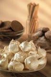 Biscuits faits maison de biscuits et guimauves fraîches sur la table rustique sur le fond chaud clair Image libre de droits