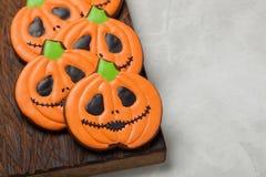 Biscuits faits maison de gingembre sous forme de potirons pour Halloween Sur le fond concret plus clair Vue supérieure avec l'esp Photos libres de droits