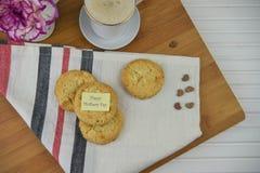 Biscuits faits maison de jour de mères et une tasse de café Images libres de droits