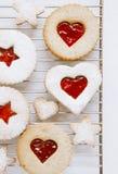 Biscuits faits maison de Linzer avec la forme de coeur Photographie stock libre de droits
