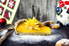 Biscuits faits maison de Noël sur le fond en bois rustique photos libres de droits