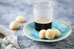 Biscuits faits maison de noix de coco avec du café photos stock