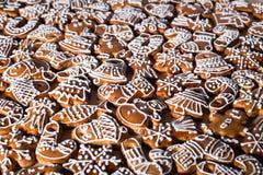 Biscuits faits maison de pain d'épice de Noël sur la table en bois Image stock