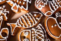 Biscuits faits maison de pain d'épice de Noël sur la table en bois Photos libres de droits