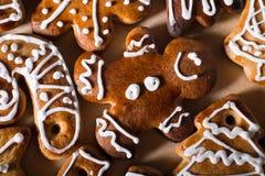 Biscuits faits maison de pain d'épice de Noël sur la table en bois Image libre de droits