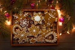 Biscuits faits maison de pain d'épice de Noël sur la table, nouvelle année Photos libres de droits