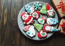 Biscuits faits maison de pain d'épice de Noël, épices du plat sur le fond en bois foncé parmi des cadeaux de Noël, image stock