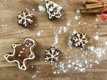 Biscuits faits maison de pain d'épice sur la vue supérieure de fond en bois Images libres de droits