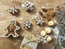 Biscuits faits maison de pain d'épice sur la vue supérieure de fond en bois Photo libre de droits