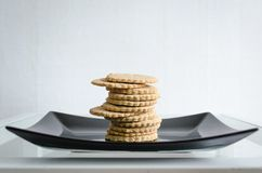 Biscuits faits maison de plat noir photo stock