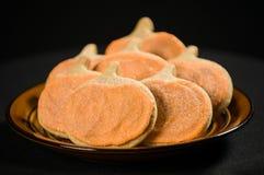 Biscuits faits maison de potiron sur le noir Photos stock