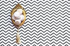 Biscuits faits maison de vanille et de confiture, sur le cadre de tableau de vintage ou le TR Image libre de droits