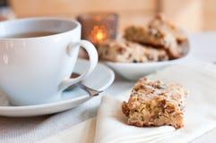 Biscuits faits maison et une cuvette de thé Images libres de droits