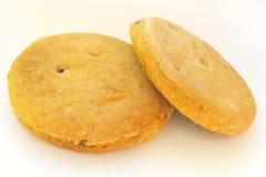 Biscuits faits maison fraîchement cuits au four avec des raisins secs sur le fond blanc images stock