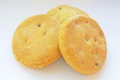 Biscuits faits maison fraîchement cuits au four avec des raisins secs sur le fond blanc photo stock