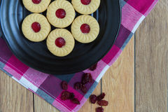 Biscuits faits maison remplis de la confiture de canneberge images stock