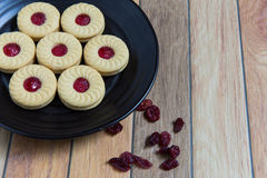 Biscuits faits maison remplis de la confiture de canneberge Photo stock