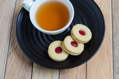 Biscuits faits maison remplis de la confiture de canneberge photo libre de droits