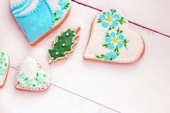 Biscuits faits maison faits sous forme de coeur avec le lustre multicolore Photos stock