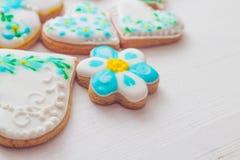 Biscuits faits maison faits sous forme de coeur avec le lustre multicolore Photos libres de droits