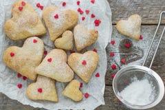Biscuits faits maison sous forme de coeurs Photos stock
